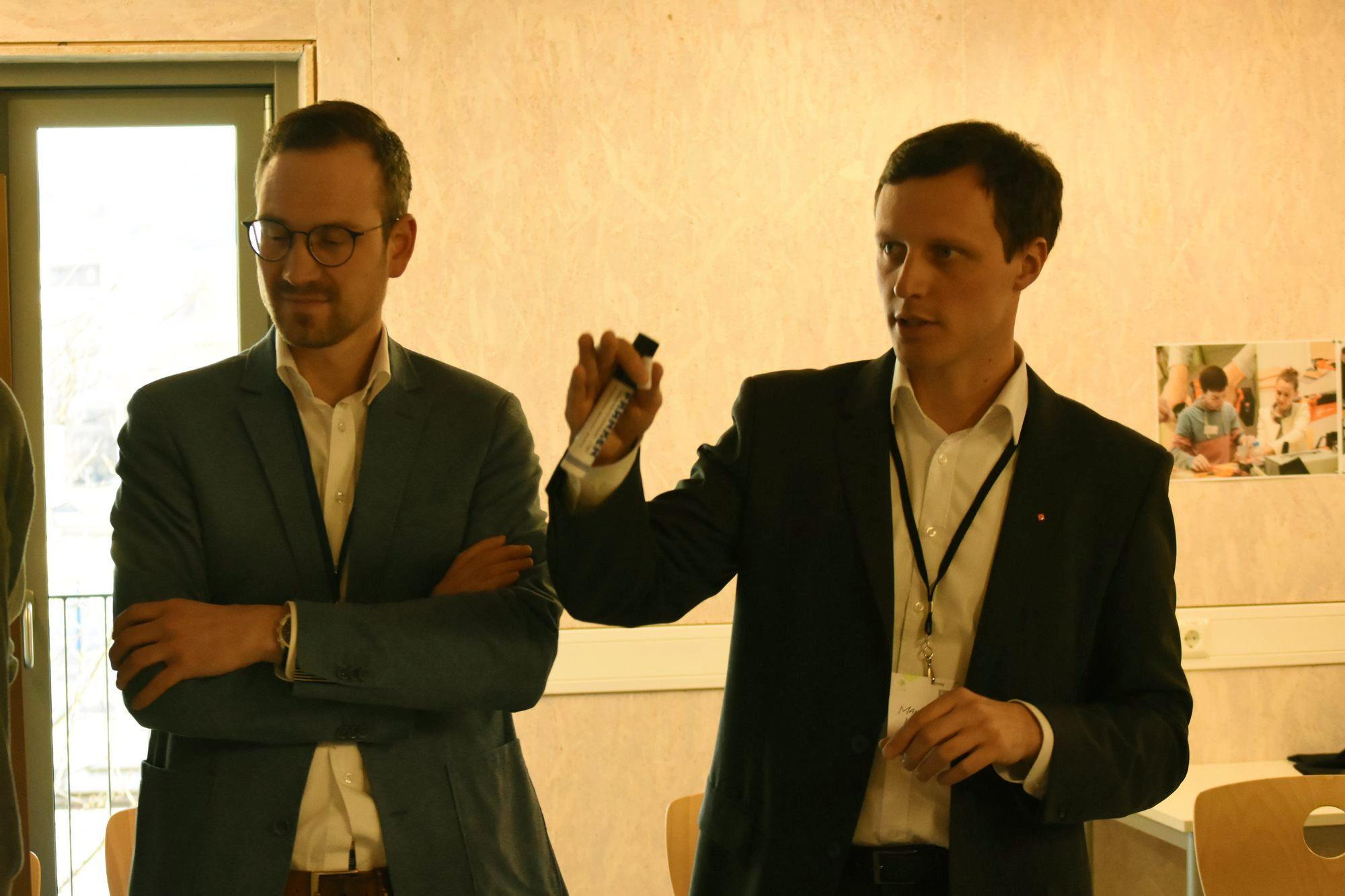Die Teilnehmer in der Diskussion
