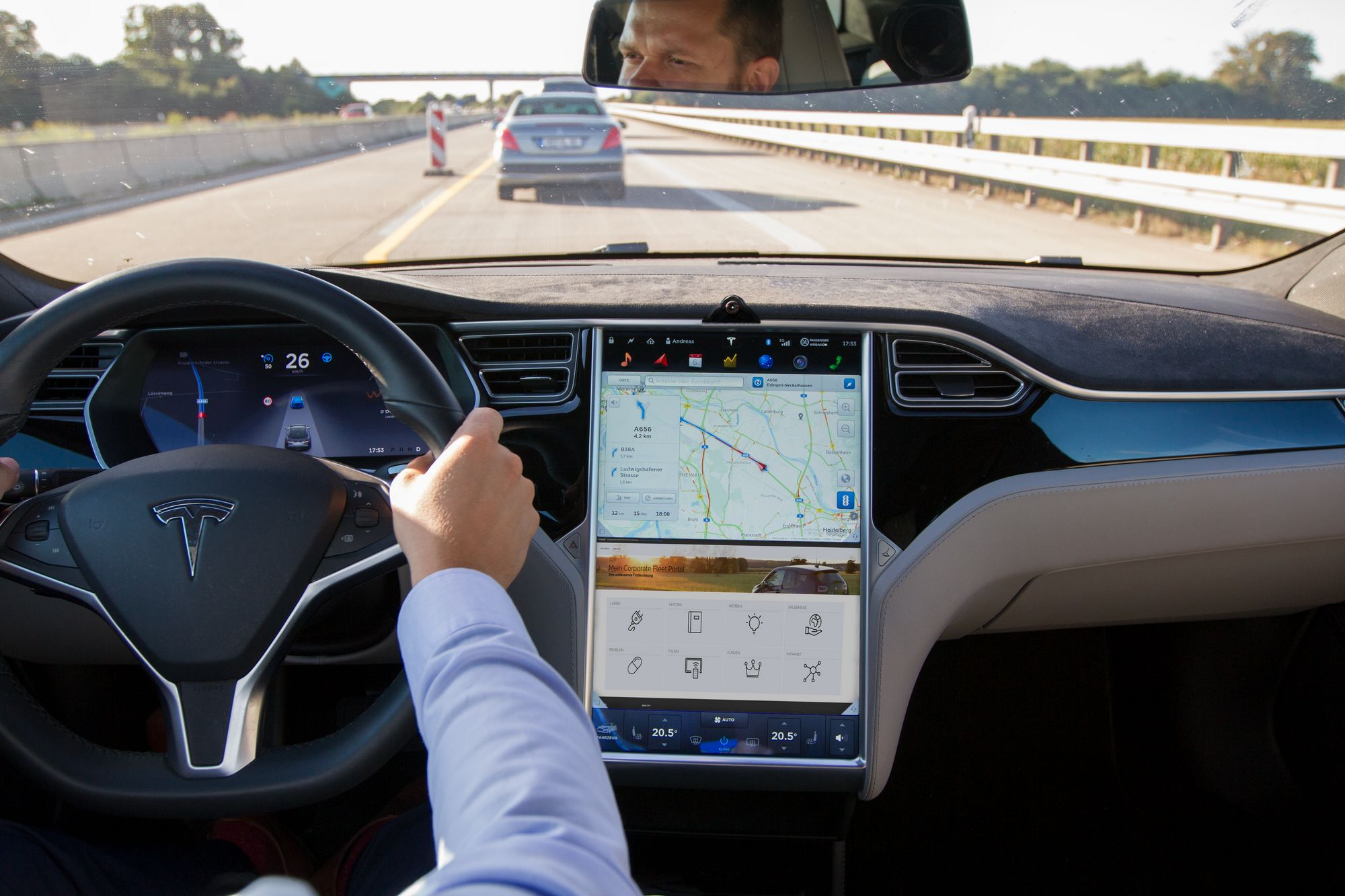 Foto eines Autocockpits mit Navigationssystem und Dashcam vom Fahrer aus (Bildquelle: BridgingIT)