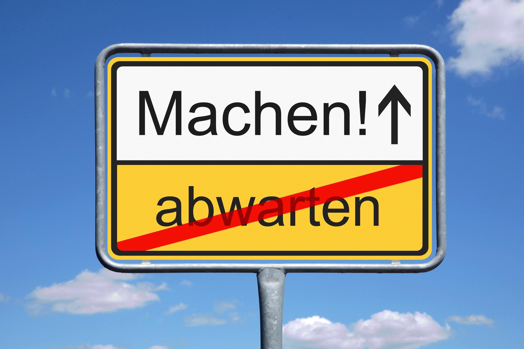 """Schild """"Machen, nicht abwarten!"""" (Bildquelle: © SP-PIC - Fotolia)"""