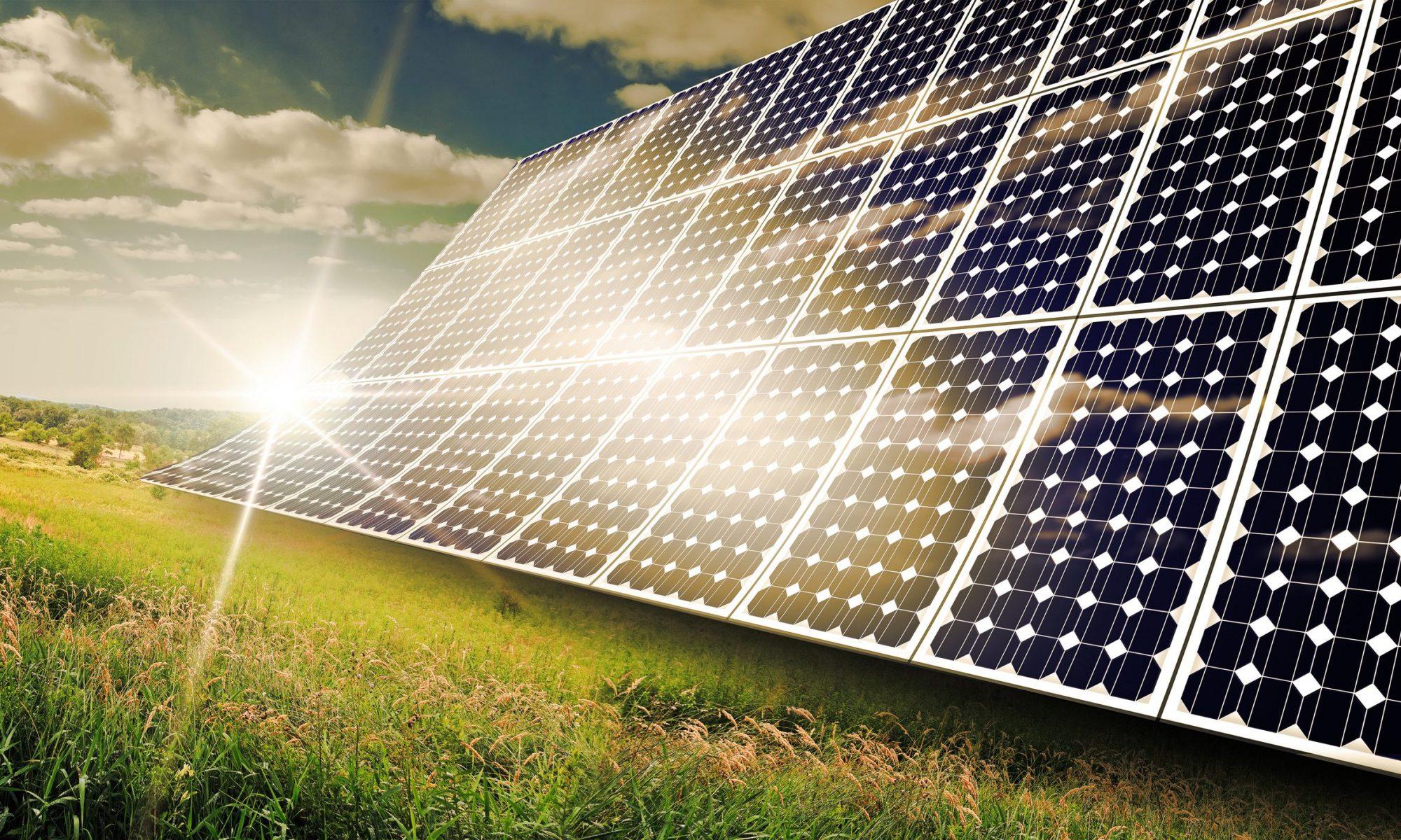 Photovoltaik-Solarwand in der Abendsonne (Bildquelle: © Ezume Images - Fotolia)