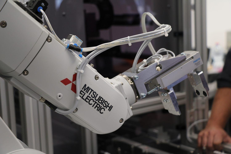 Foto von einem Roboterarm (Bildquelle: Philipp-Matthäus-Hahn-Schule)