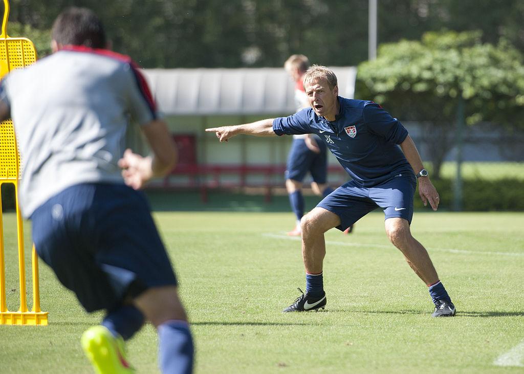 Fussballlehrer Jürgen Klinsmann trainiert (IIJ Events [CC BY-SA 2.0 (https://creativecommons.org/licenses/by-sa/2.0)])